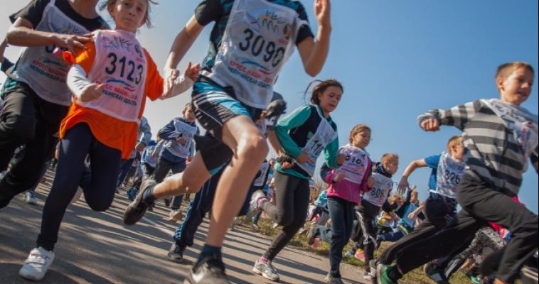 Мальчишки и девчонки, «випы» и спортсмены пробежали «Кросс нации»