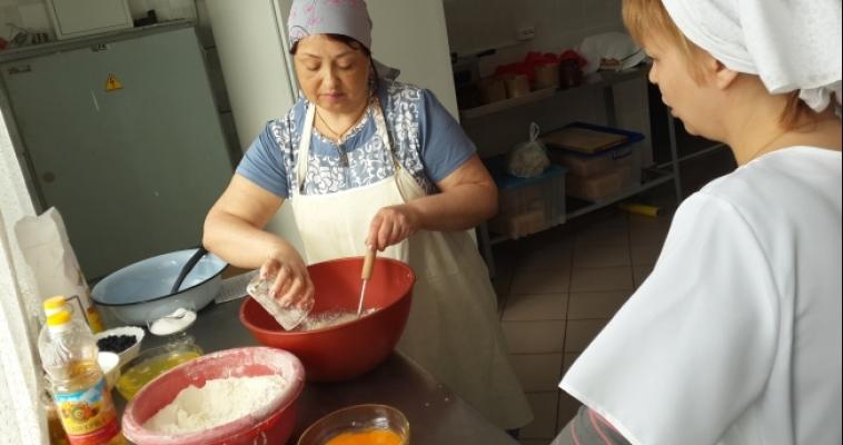Магнитогорские предприятия набирают поваров и токарей