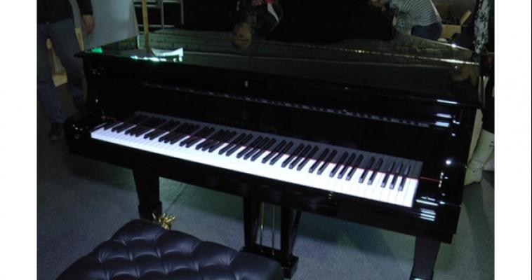 В Магнитогорске расчехлили новый рояль: теперь на нём сыграют дети