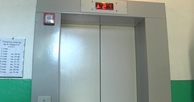 Дождались! В многоэтажке, где сгорел лифт, появился новый подъемник