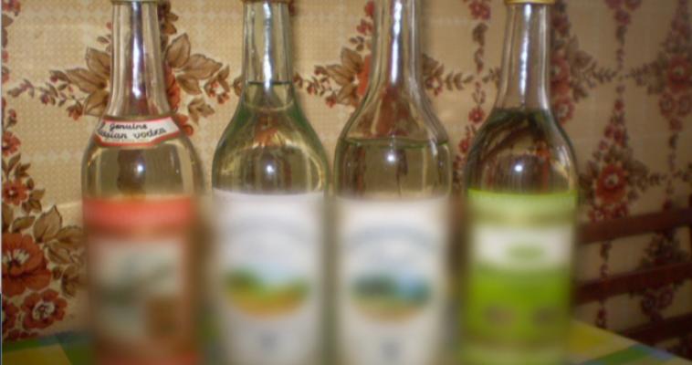 Больше двух тысяч литров «паленки». Житель Челябинской области устроил дома склад контрафактного алкоголя элитных марок