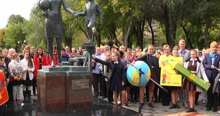 «Сердце отдаю детям». Сквер Ломоносова теперь возглавляет памятник Учителю