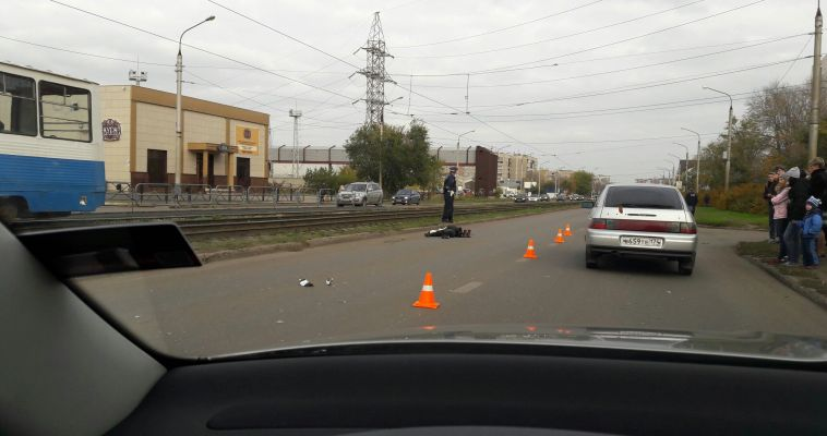 Возле остановки Тевосяна сбили человека. Тело накрыто пакетом