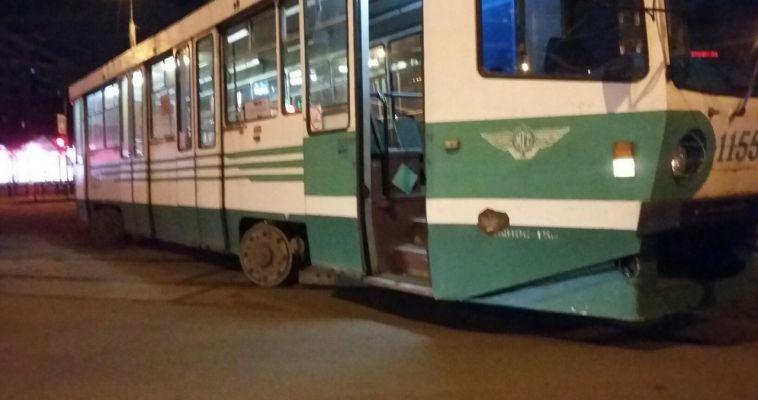 Дрифт не удался. На площади Мира трамвай сошел с рельсов