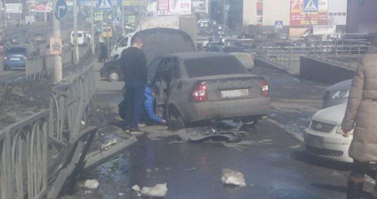 Лада-Приора снесла забор и вылетела на тротуар
