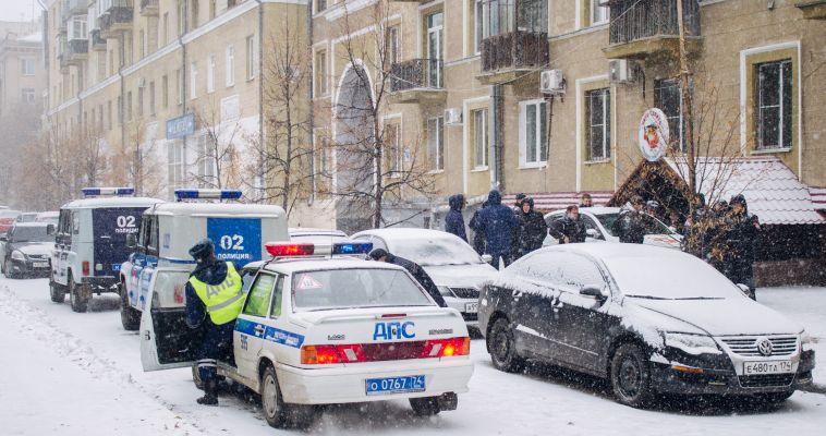 К кафе на Металлургов съехались полицейские и охранники