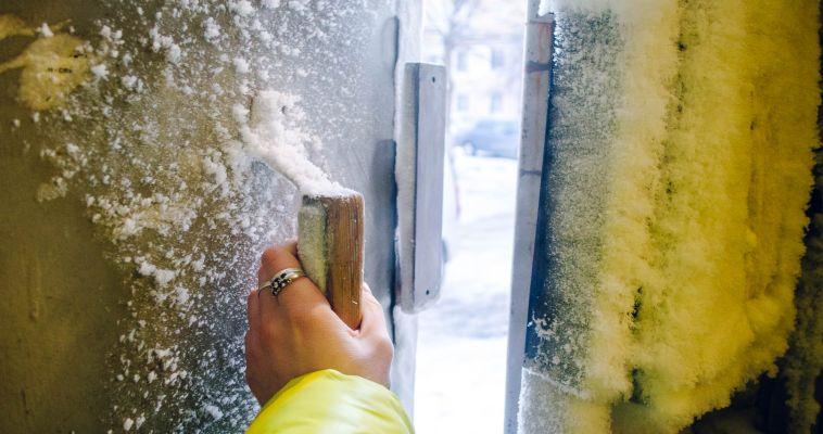Отороченная инеем дверь и утопающий в сугробе домофон