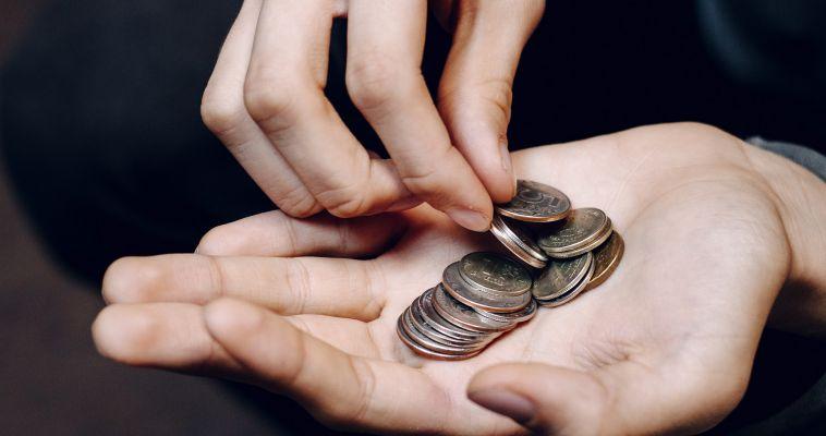 Плюс 255 рублей. Социальные пенсии повысят в День смеха