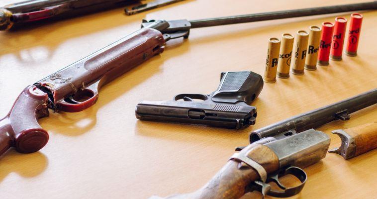 Полицейским передали нелегальное оружие