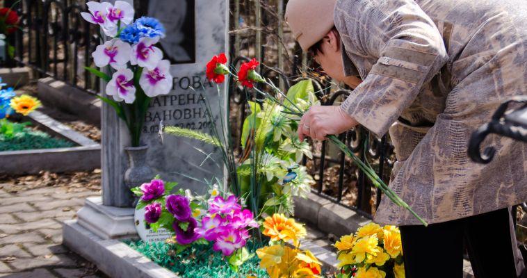 Магнитогорцы переполнили улицы кладбищ