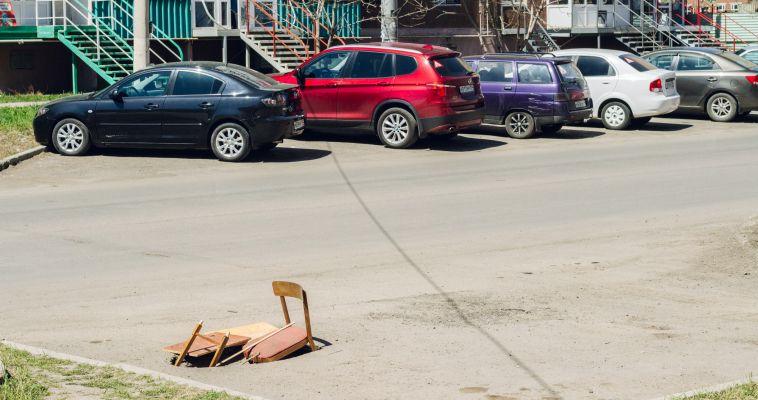 Жители «починили» яму на дороге деревянным стулом