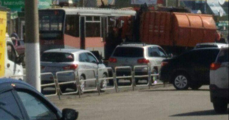 Мусоровоз въехал в трамвай в новых районах