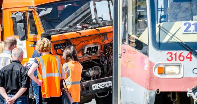 В «Маггортрансе»рассказали о столкновении мусоровоза с трамваем