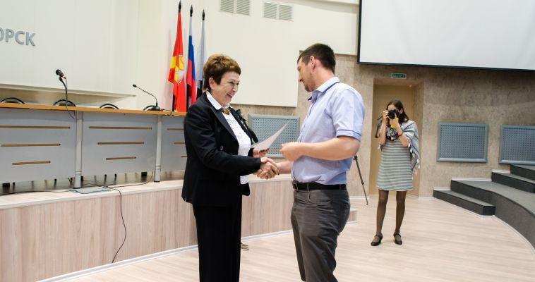 Молодые семьи получили сертификаты на покупку жилья