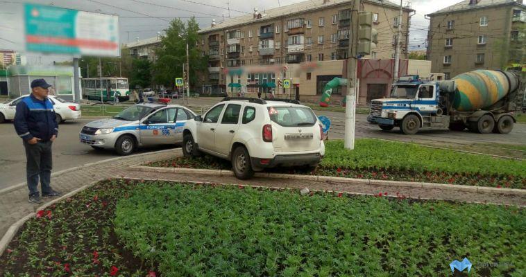 Автохам уничтожил цветы на Грязнова