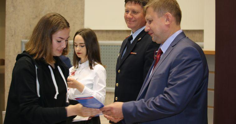 Дети получили паспорта из рук вице-мэра