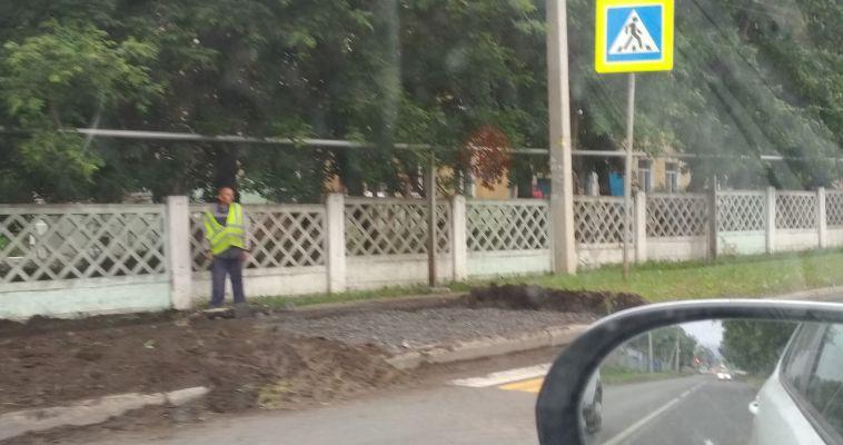 Рабочие начали подводить тротуар к «зелёному» переходу на Комсомольской