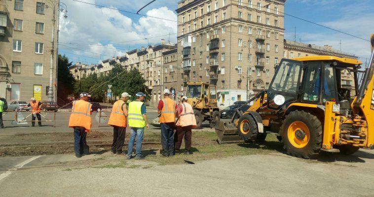 На площади Носова ремонтируют трамвайные пути
