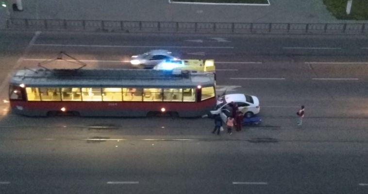 Таксист на большой скорости въехал в стоящий трамвай