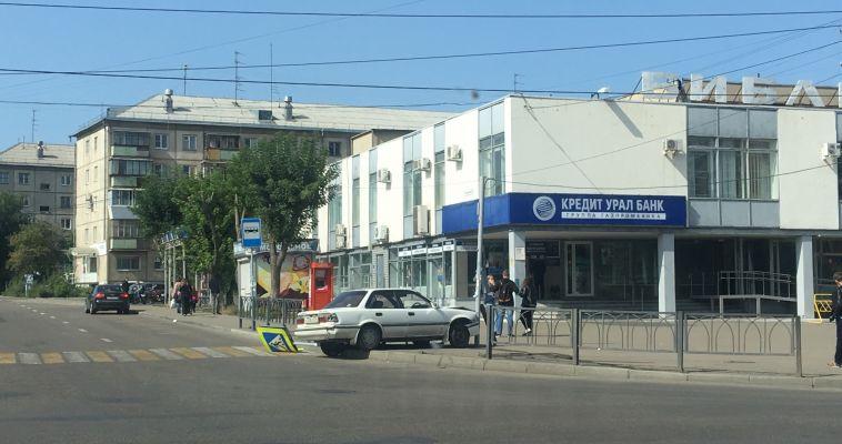 Водитель на иномарке вылетел на тротуар и сбил знак