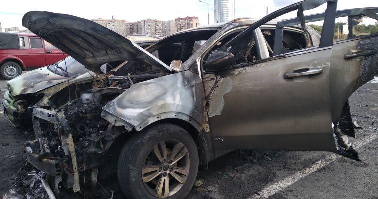 На юге Магнитогорска полыхали четыре автомобиля