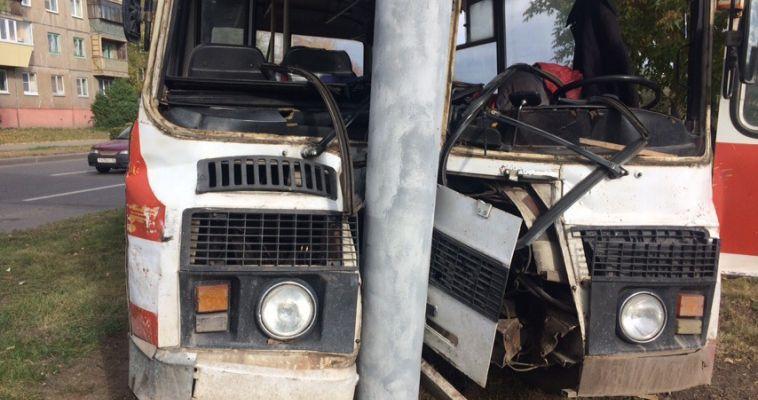 Водитель автобуса намеренно врезался в бетонный столб