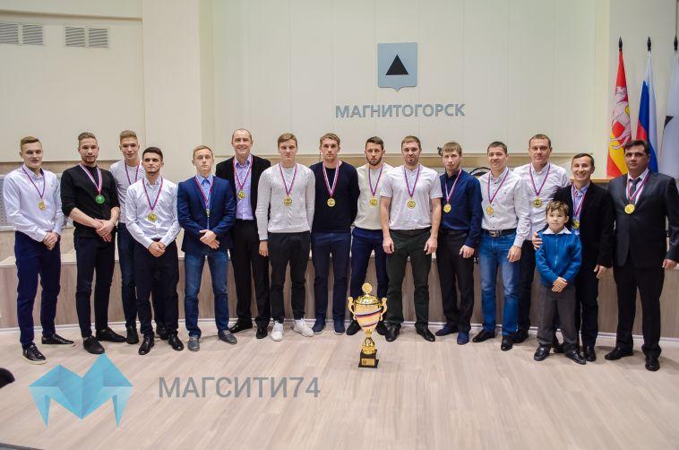 Градоначальник поздравил футболистов