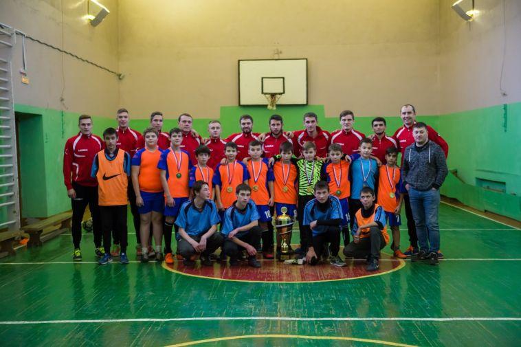 Ребята из Приморского подержали Кубок в руках