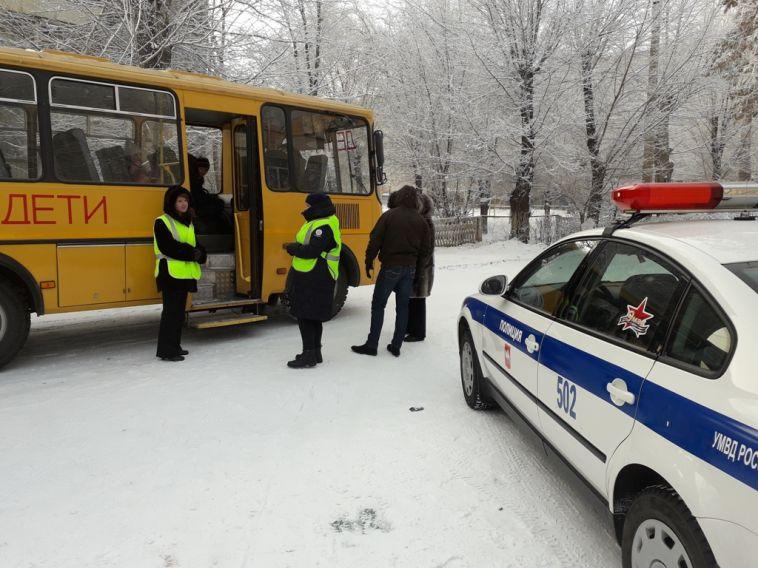 Инспекторы ДПС проверили школьный автобус