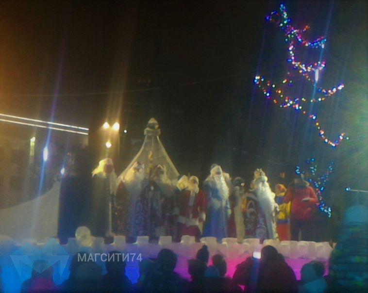 В Магнитогорске прошел парад Дедов Морозов иСнегурочек