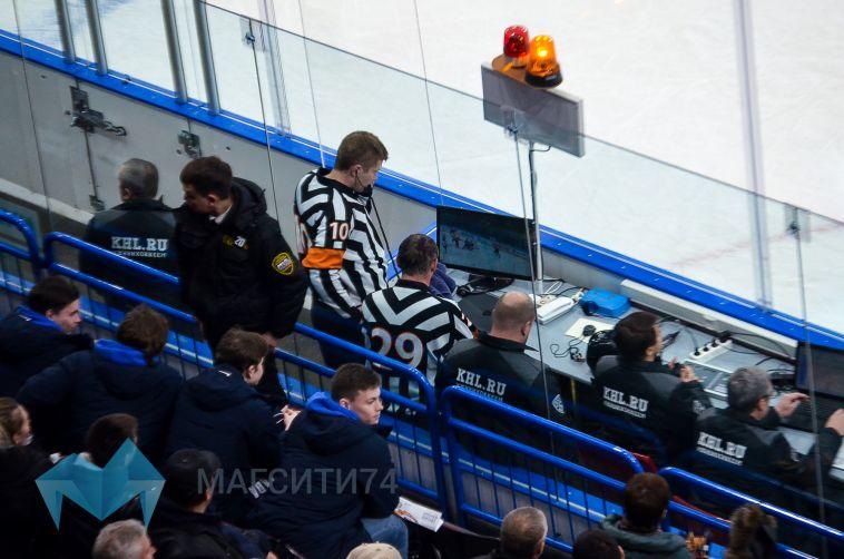 Бойцы ОМОН работают на хоккейных матчах