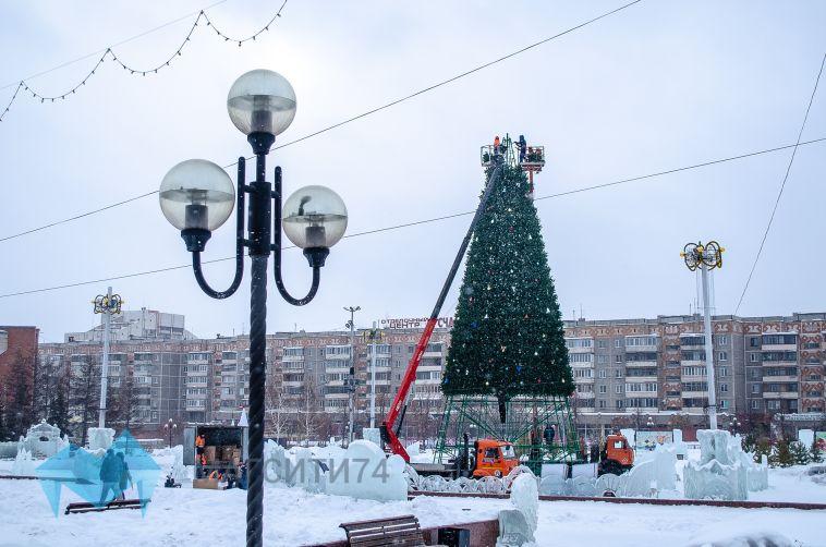 На площади Народных гуляний демонтируют главную елку