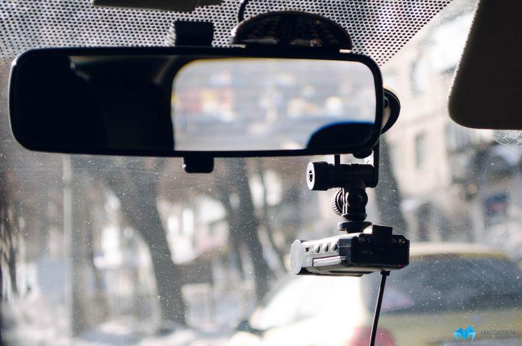 Неизвестный украл из машины пенсионера видеорегистратор