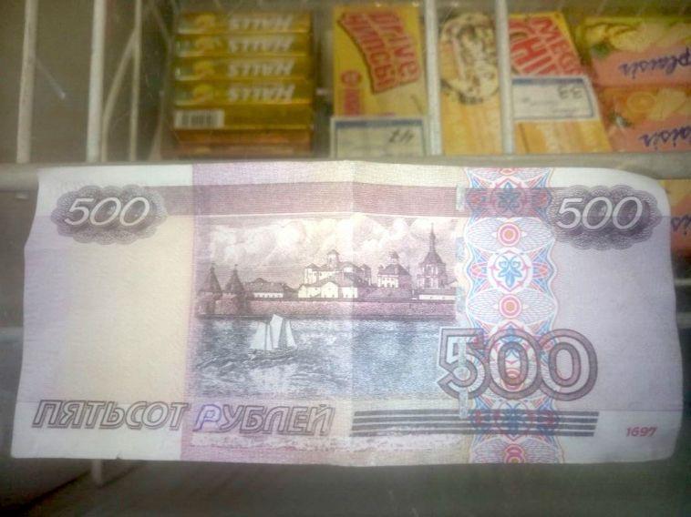 В Магнитогорске с продавцом киоска пытались расплатиться фальшивкой