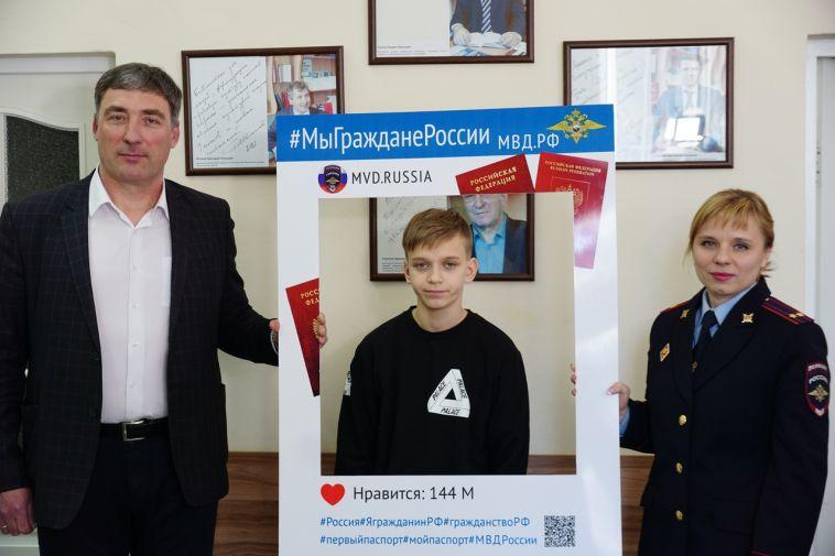 Магнитогорцам вручил паспорт олимпийский чемпион