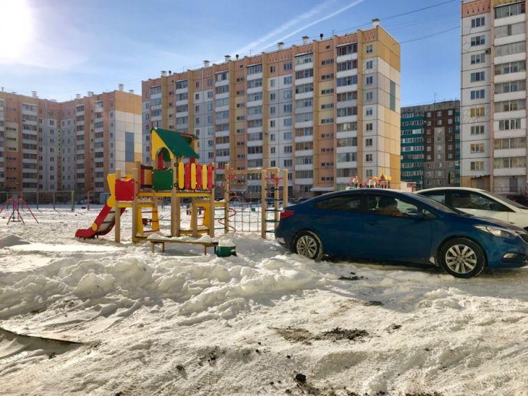 Автолюбители Магнитогорска продолжают парковаться на детских площадках