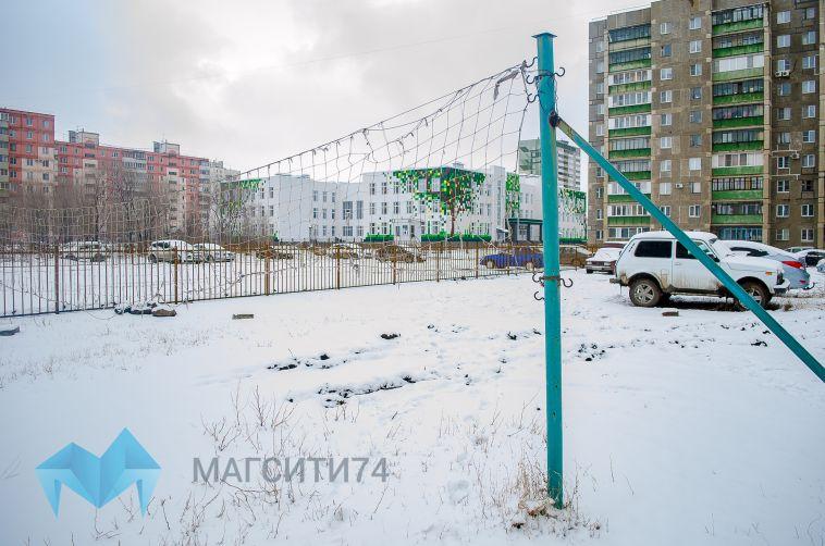 В новых районах установили стоянку прямо на футбольном поле