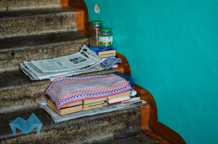 В Магнитогорске мужчина около пятнадцати лет живет на лестничной площадке