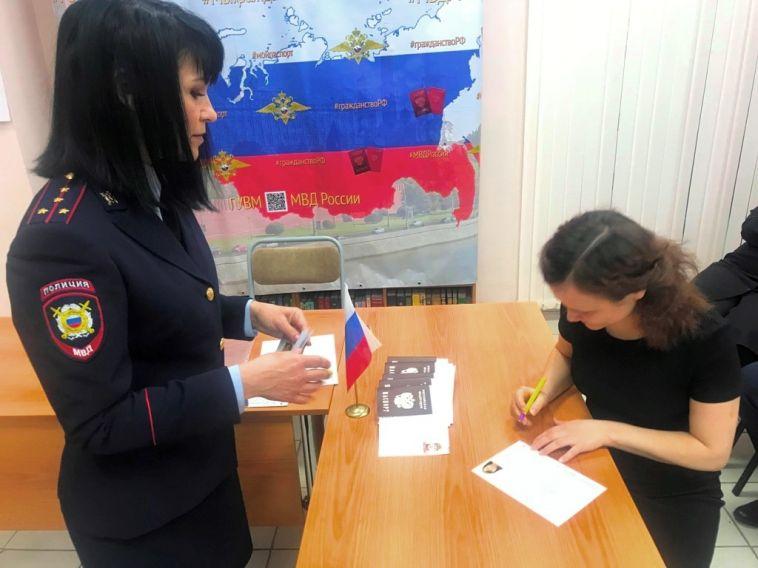 Иностранцы получили российские паспорта в торжественной обстановке
