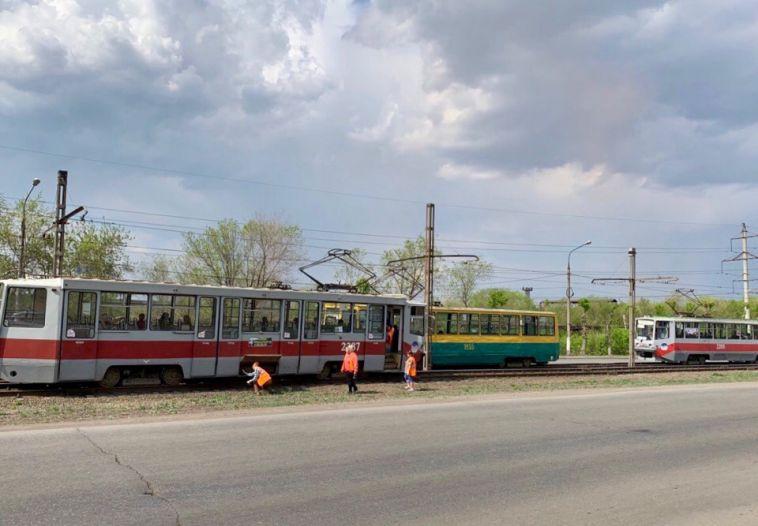 На левом берегу встали трамваи