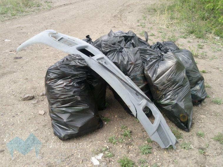 Субботники закончились, а мешки с мусором остались