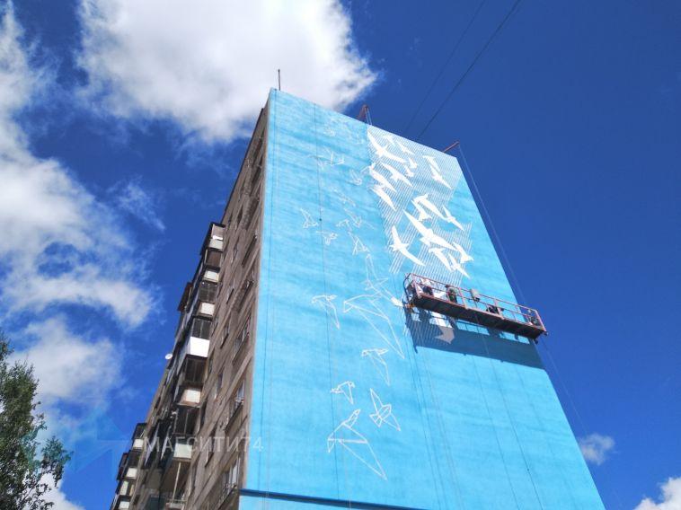 На фасадахпострадавшего дома начали рисовать граффити