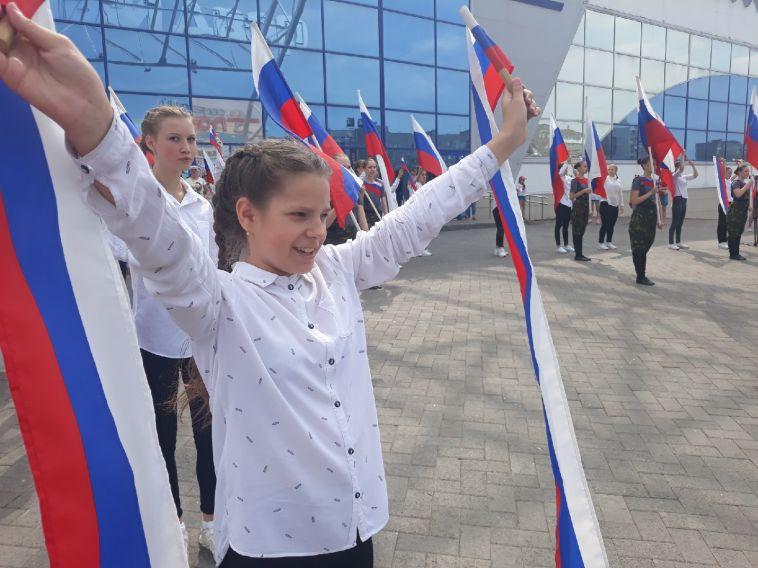 Молодежь пожелала здоровья президенту и поздравила горожан с Днем России