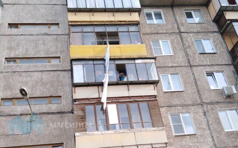 В Магнитогорске мужчина попытался спуститься с четвертого этажа, связав простыни