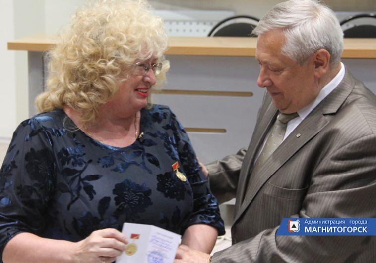 Ветеранам вручили памятные знаки в честь 90-летия Магнитогорска
