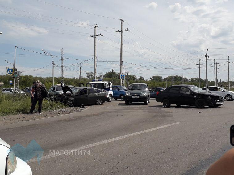 На перекрестке столкнулись два авто