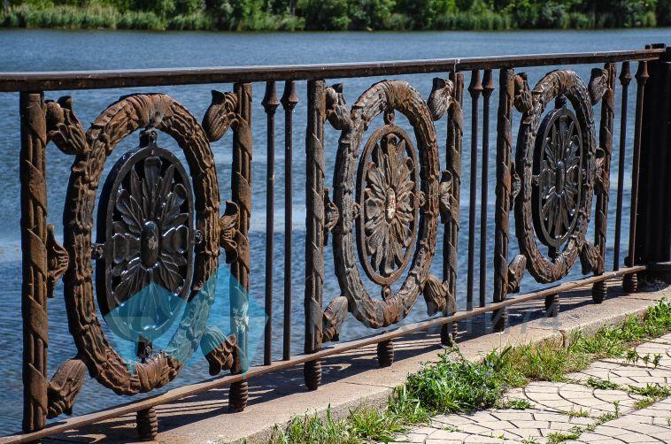 На магнитогорской набережной восстанавливают ограду