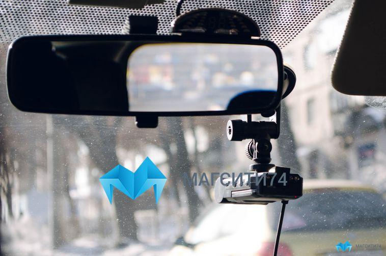 В Орджоникидзевском районе из автомобиля вытащили видеорегистратор