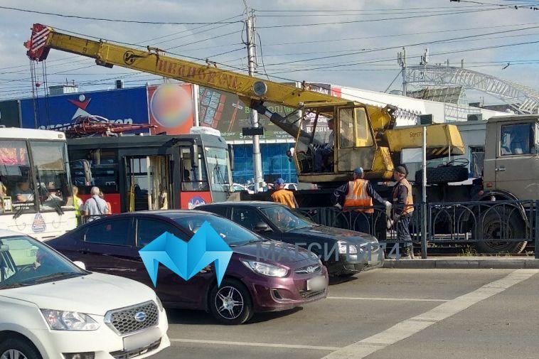 На улице Завенягина трамвай сошел с рельсов