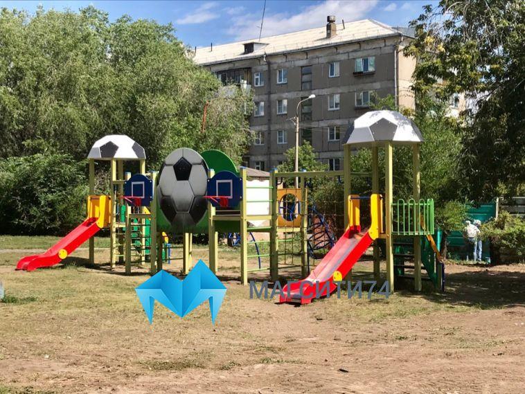 В Магнитогорске установили детский городок около мусорных баков